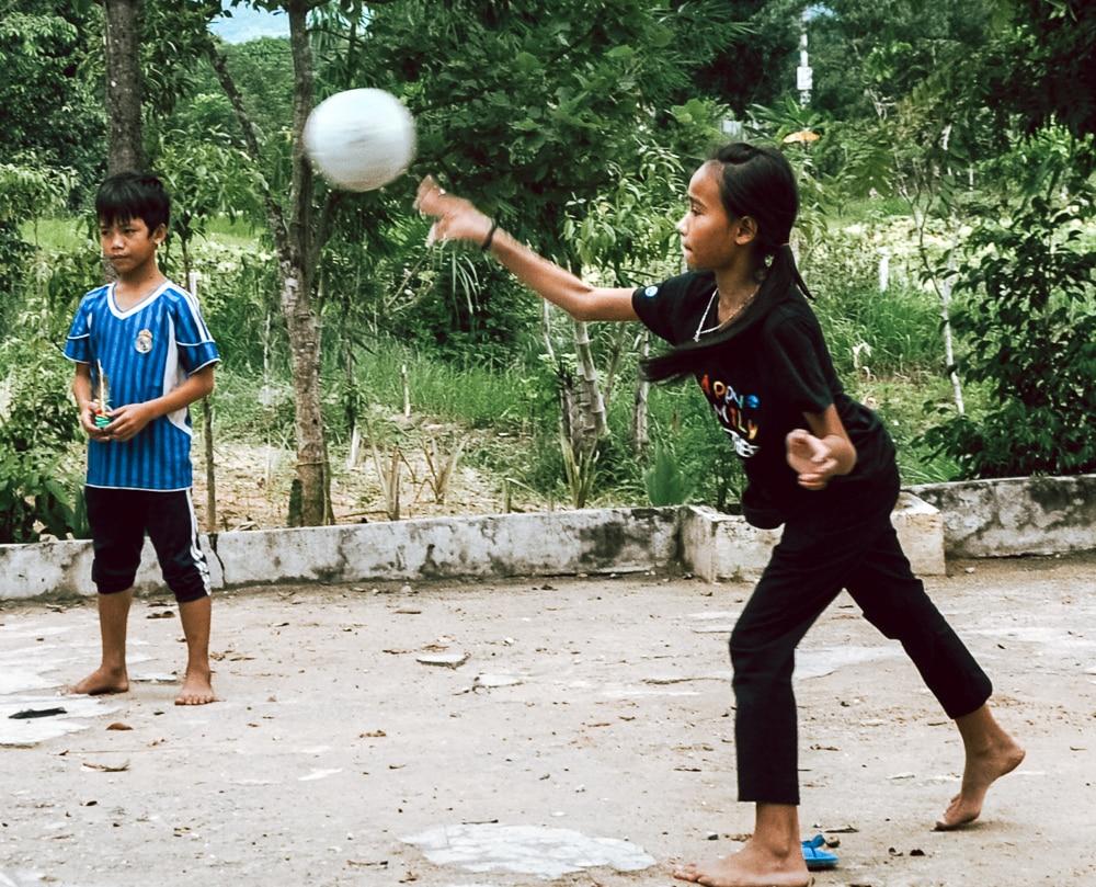Mädchen beim Fußball spielen im Waisenhaus in Vietnam